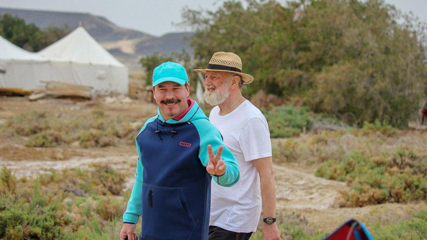 Zwei Personen im Wadi